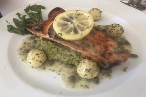 platos fuertes como filete, salmón, atún y pescado a la sal y toda esta propuesta de cocina italiana