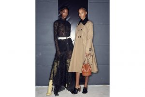 El nuevo bolso modelo mediano de la firma Loewe en piel de becerro negro