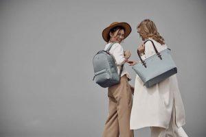 Cuenta con bolsos y accesorios que ofrecen elegancia y practicidad durante todo el día.