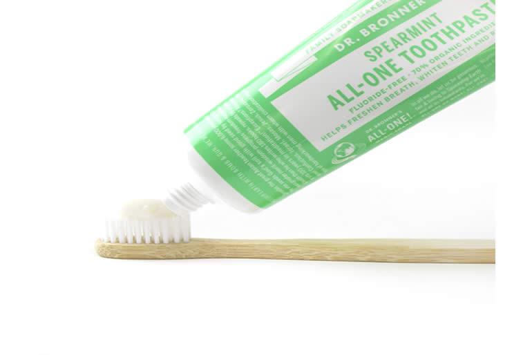 lanza-dr-bronners-nueva-pasta-de-dientes2.jpg